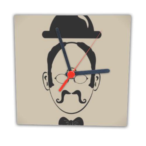 Uomo con bombetta su orologio